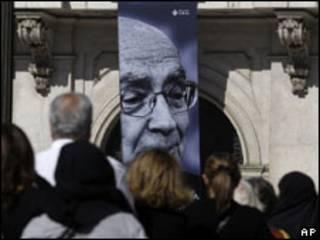 Pessoas fazem fila para entrar em velório de José Saramago (AP)