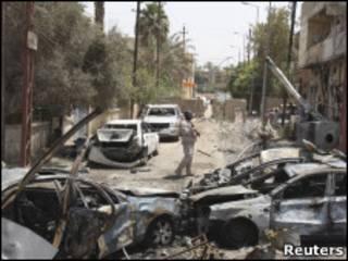Развороченные машины в Багдаде