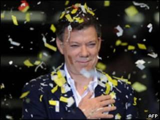 O presidente eleito da Colômbia, Juan Manuel Santos, durante comemoração neste domingo (AFP)