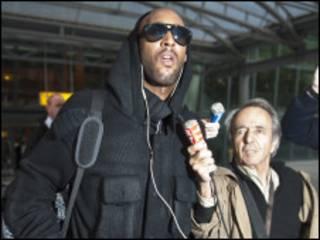 انيلكا يرفض الحديث للصحفيين لدى وصوله إلى مطار هيثرو