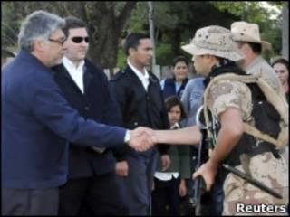 El presidente de Paraguay, Fernando Lugo,  y el ministro del Interior, Rafael Filizzola,  dan la mano a efectivos del ejército