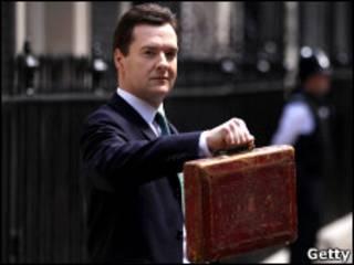 O ministro das Finanças, George Osborne, mostra pasta com novo Orçamento