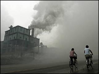 Chimenea de una fábrica echando humo
