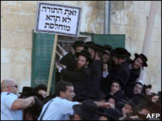 Protesto de judeus ortodoxos contra decisão da Justiça israelense, no dia 17