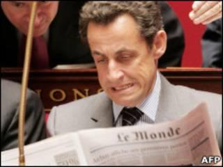 ساركوزي يتصفح صحيفة لوموند الفرنسية