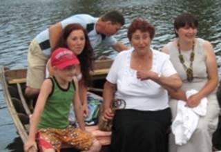 Люди на баркасі на Черкащині