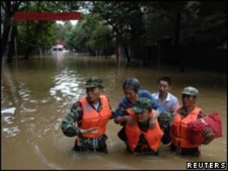 Rescate en inundaciones en China