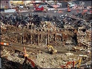 Máquinas excavan escombros de las Torres Gemelas (imagen de archivo)