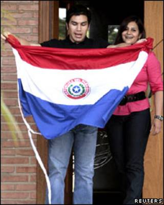Salvador Cabañas muestra una bandera paraguaya.