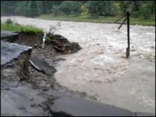 Руйнівна повінь на Буковині 2008 року (фото з архіву)
