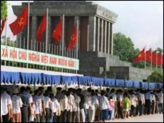 Hình cờ đỏ và khẩu hiệu Xã hội Chủ nghĩa tại Hà Nội