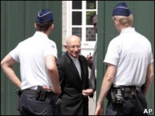 Полицейскии у здания резиденции архиепископа Брюссельского
