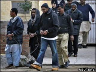 Acusados deixam posto policial após julgamento nesta quinta-feira (Reuters)