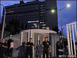 Policiais em frente ao prédio do Ministério da Ordem Pública depois da explosão (Getty)
