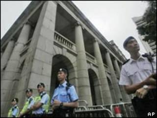 香港立法會外的警察(24/06/2010)