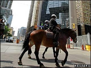 Polícia montada do Canadá patrulha o distrito financeiro de Toronto antes da reunião do G20