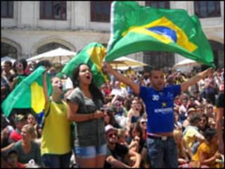 Torcedores brasileiros assistem ao jogo em Lisboa (Foto: Jair Rattner)