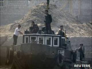 Norte-coreanos navegam pelo rio Yalu