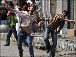 कश्मीर में पत्थर मारते प्रदर्शनकारी