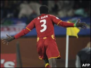 Asamoah Gyan comemora seu gol na prorrogação contra os Estados Unidos