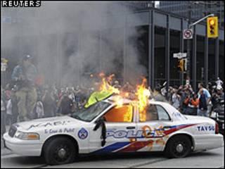 سيارة للشرطة الكندية تحترق في تورنتو