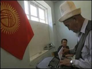 Wani mai jefa kuri'a a Kyrgyzstan