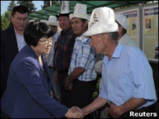 Роза Отунбаева с избирателями