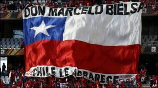 La afición chilena reconocwe la labor de Bielsa.