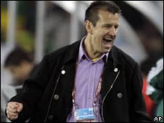 O técnico Dunga comemora vitória brasileira contra o Chile nesta segunda-feira (AP)