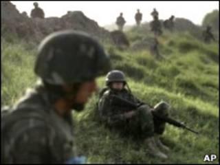 نیروهای آمریکایی و سربازان افغان