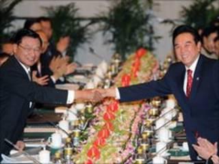 Representante de Pequim (à esq), Chen Younlin, e enviado de Taiwan, Chian Ping-kun, em Chongging