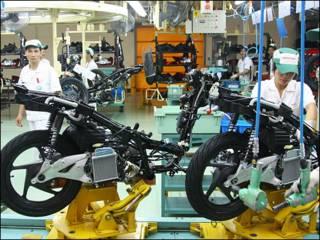 Công nhân tại dây chuyền sản xuất xe máy của Honda tại Vĩnh Phúc