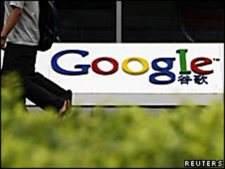 Una persona camina junto a las oficinas de Google en China