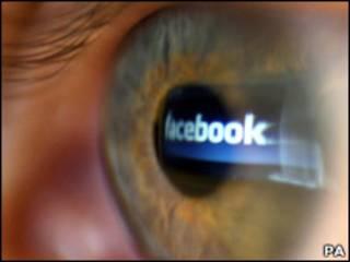 Отражение логотипа Facebook в человеческом глазу