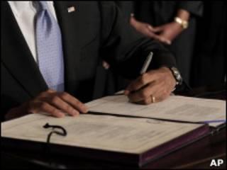 باراک اوباما قانون تحریم های ایران را امضا می کند