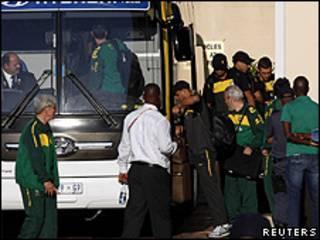 Jogadores da seleção brasileira embarcam em ônibus em Porto Elizabeth (foto: Reuters)