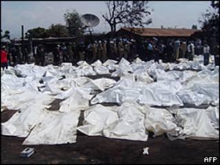 Corpos das vítimas da explosão em Sange (foto: AFP)