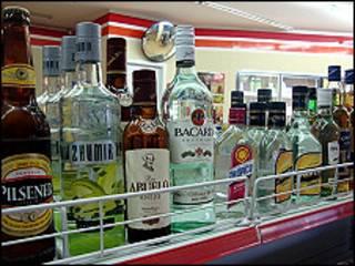 Botellas de alcohol en un estante de supermercado.