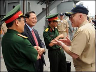 Phó đại sứ Nguyễn Tiến Minh nói chuyện với hạm trưởng Chip Miller (ảnh của Hải quân Hoa Kỳ)