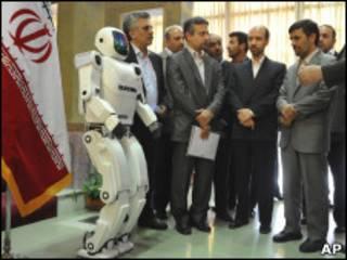 أحمدي نجاد يدشن الإنسان الآلي