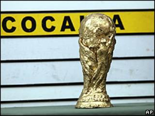 Réplica de la Copa del Mundo hecha de cocaína