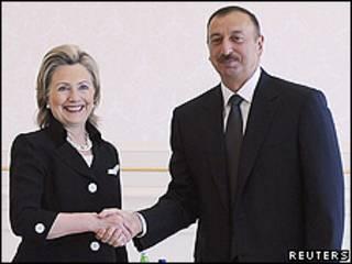 La secretaria de Estado de EE.UU., Hillary Clinton y el presidente de Azerbaiyán, Ilham Aliyev.
