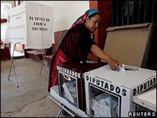 Eleitora deposita voto na urna, no Estado de Oaxaca (foto: Reuters)
