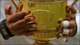 Кубок Уимблдона в руках Рафаэля Надаля