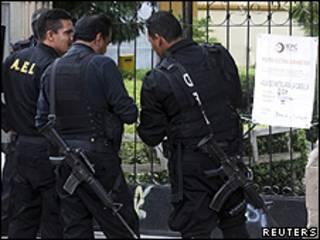 Agentes da polícia mexicana investigam roubo de urnas em Durango (foto: Reuters)