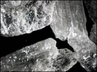 تصویری از کریستال های مت آمفتامین، ماده اعتیادآور شیمیایی