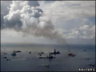 Khói bốc lên từ nơi dầu tràn