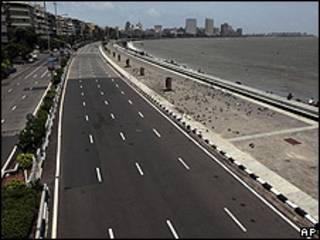 Avenida vacía en India.