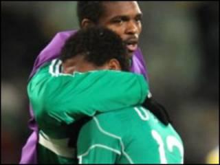 Jogadores da Nigéria se consolam após eliminação