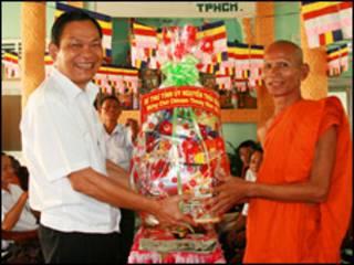 Ông Nguyễn Thái Bình thăm chùa ở Trà Vinh
